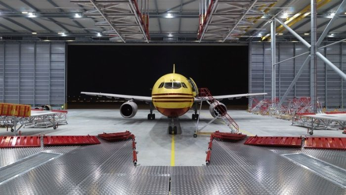 Auf einer Fläche von 26.172 m² werden Büros und neue automatisierte Betriebs- und Sortieranlagen errichtet, mit denen DHL rund um die Uhr fast 37.000 Sendungen pro Stunde bearbeiten kann.